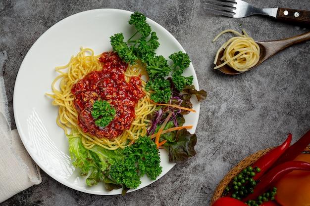 Espaguete delicioso servido com ingredientes bonitos.