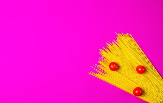 Espaguete e tomate em uma superfície rosa brilhante