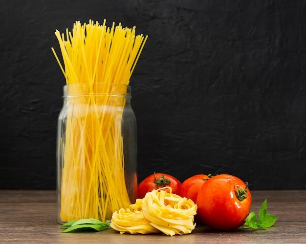 Espaguete em pote com tomates