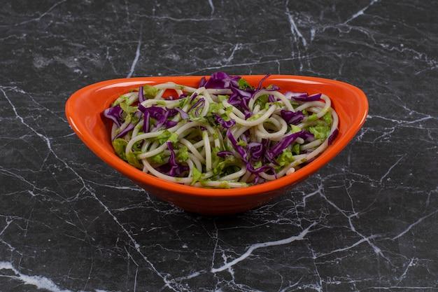 Espaguete feito na hora com molho de vegetais.