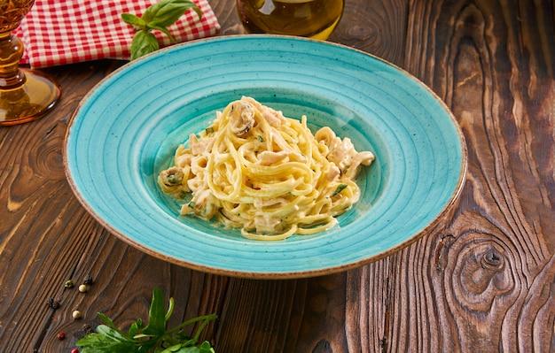 Espaguete fresco com molho cremoso e frutos do mar