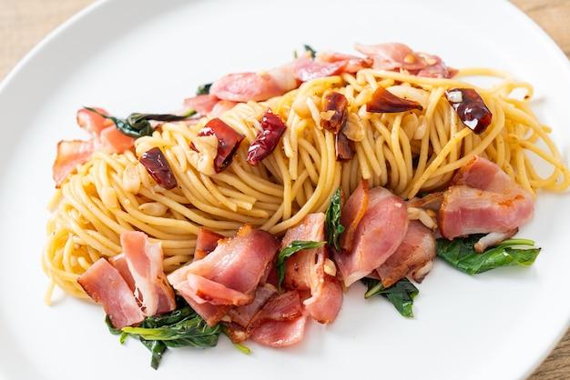 Espaguete frito caseiro com pimenta seca e bacon