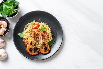 Espaguete frito com camarão grelhado e tomate