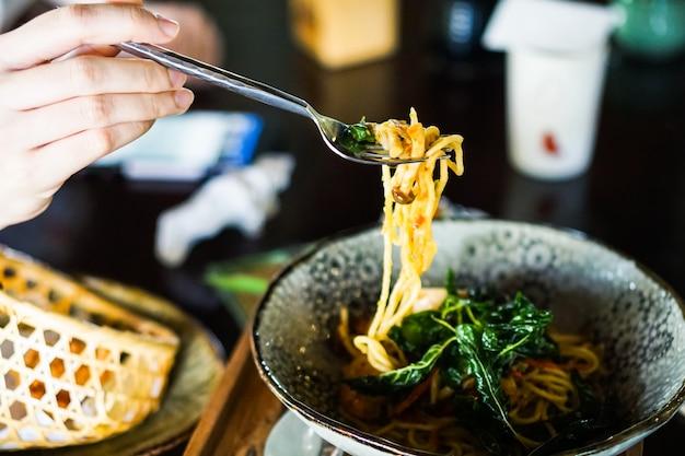 Espaguete frito com frutos do mar e molho picante.