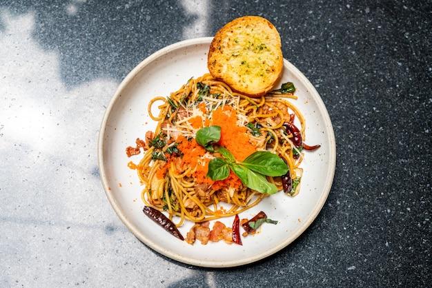 Espaguete frito com ovo de alho e camarão