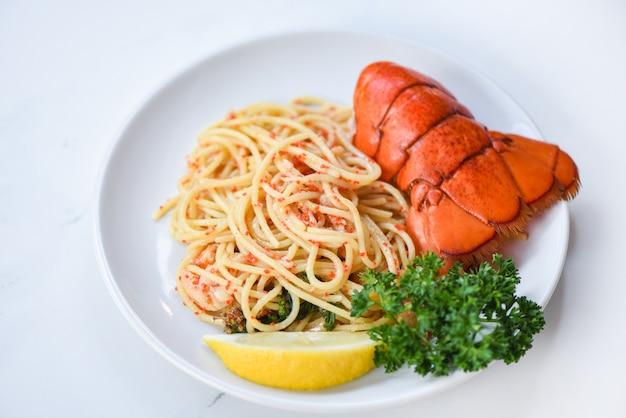Espaguete frutos do mar lagosta comida em um prato branco
