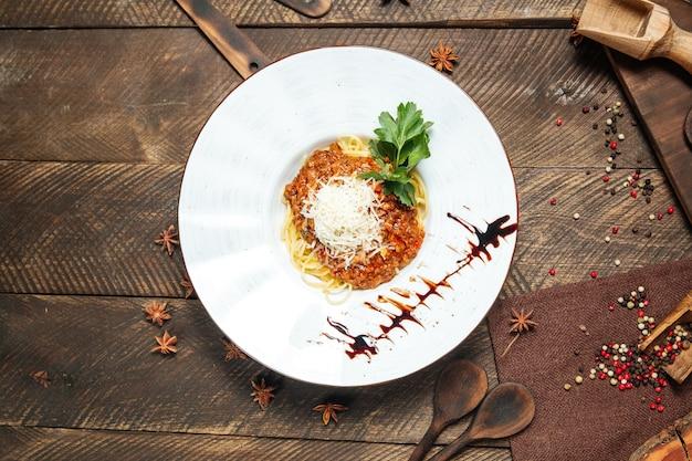 Espaguete gourmet à bolonhesa guarnecido com molho e salsa