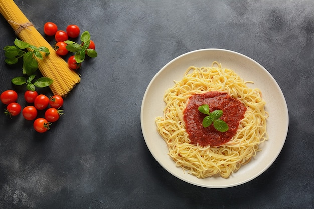 Espaguete italiano clássico com molho de tomate e manjericão no prato