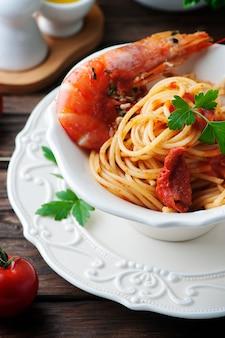 Espaguete italiano com camarão e salsa