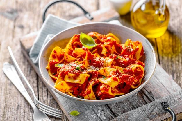 Espaguete italiano com molho de tomate servido no prato