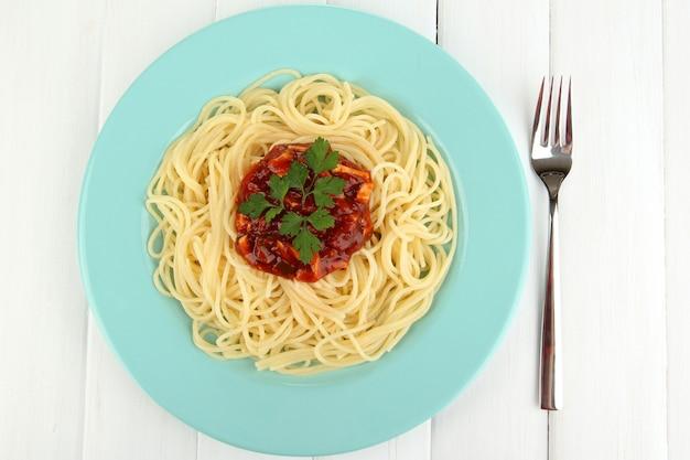 Espaguete italiano no prato na mesa de madeira