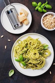 Espaguete italiano tradicional com manjericão