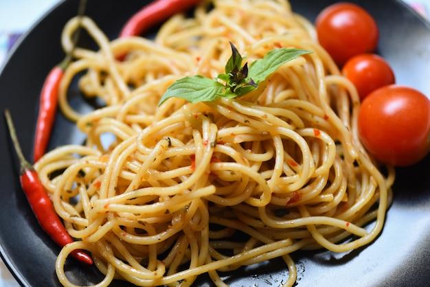 Espaguete, macarronada, e, tomate, pimentão, e, manjericão, folhas, legumes espaguete italiano, alimento, espaguete, bolognese, ligado, prato