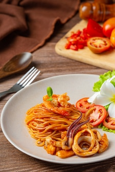 Espaguete marisco com molho de tomate decorado com belos ingredientes.