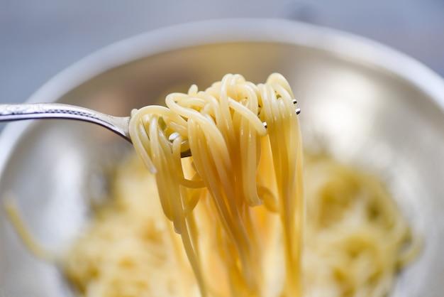 Espaguete no garfo / macarrão espaguete cozido comida italiana e menu