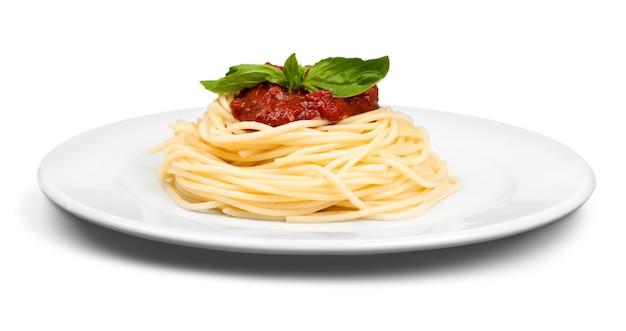 Espaguete no prato, vista superior com traçado de recorte contra fundo verde