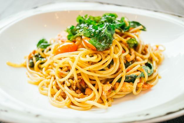Espaguete picante e macarrão com salmão