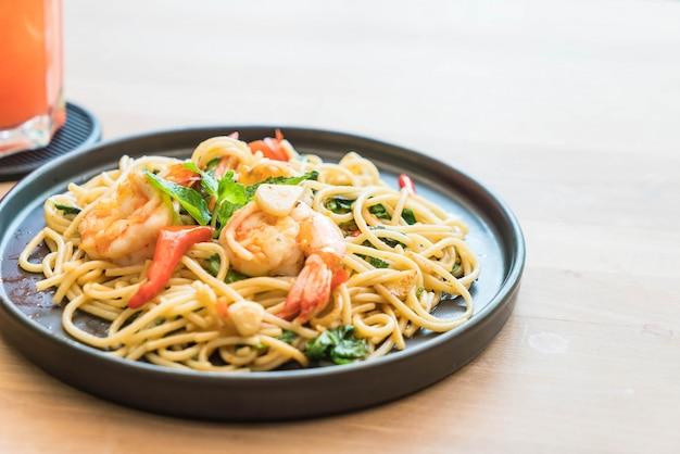 Espaguete picante frito com camarão