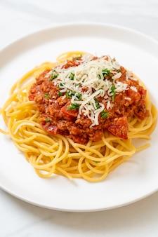 Espaguete porco à bolonhesa ou espaguete com molho de tomate e porco picado