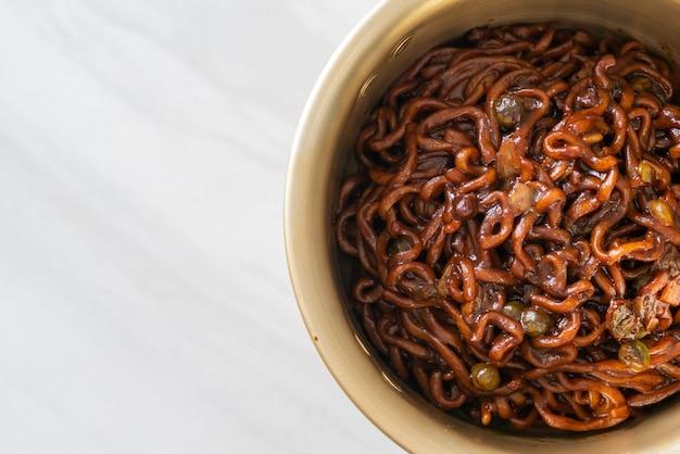 Espaguete preto coreano ou macarrão instantâneo com molho de soja assado chajung (chapagetti) - comida coreana
