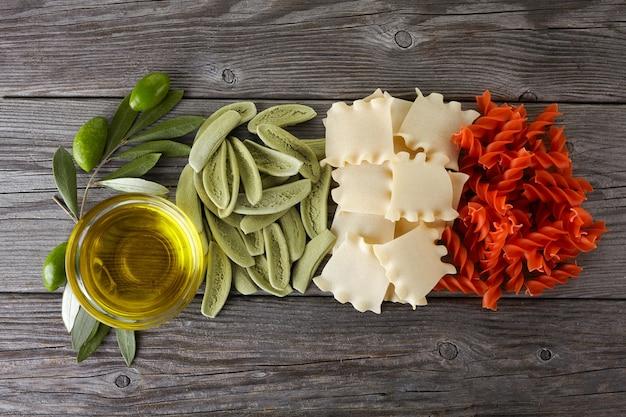 Espaguete seco com as cores da bandeira italiana e azeite de oliva