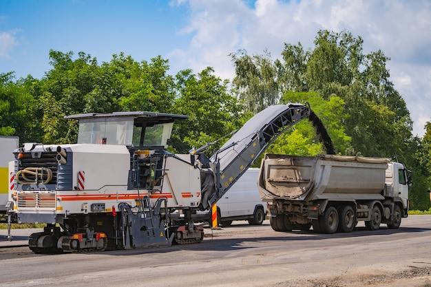 Espalhador de asfalto em funcionamento.