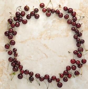 Espalhados em um círculo de cereja em mármore
