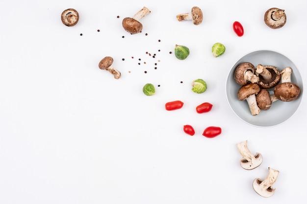 Espalhados pequenos vegetais coloridos na parte direita do quadro