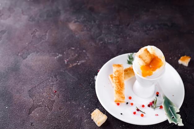 Espalhe de queijo de salmão e macio, mousse, patê em uma jarra com bolachas em fundo branco de madeira