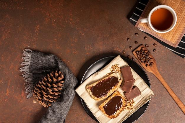 Espalhe o chocolate na vista superior do pão