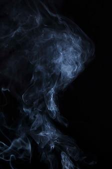Espalhe o foco suave de fumaça no fundo preto