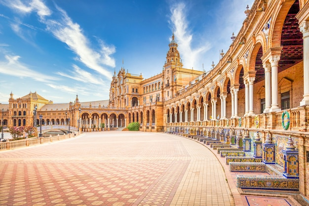 Espanha praça em sevilha, espanha. um ótimo exemplo da arquitetura do renascimento ibérico durante um dia de verão com céu azul