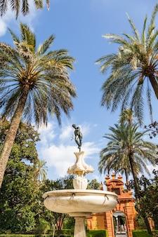 Espanha, região da andaluzia. detalhe do jardim do palácio real de alcazar em sevilha.