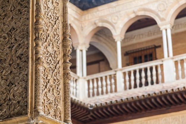 Espanha, região da andaluzia. detalhe do palácio real alcazar em sevilha.