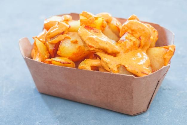 Espanhol tradicional do patatas bravas leva embora