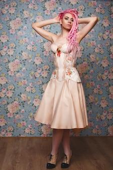 Espantado jovem modelo feminino vestindo espartilho