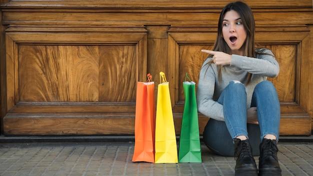 Espantado, mulher, sentando, perto, shopping, pacotes