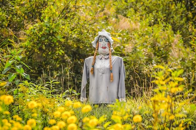 Espantalho colorido é vestido com roupas no jardim