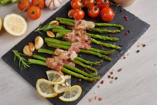 Espargos assados com bacon e especiarias.
