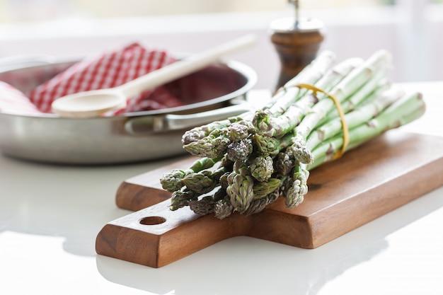 Espargos em uma placa de madeira