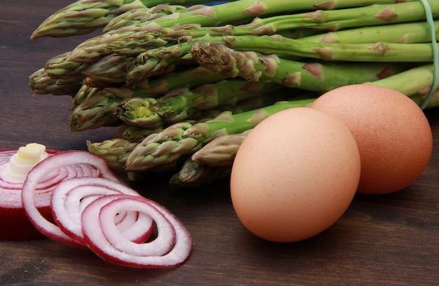 Espargos frescos e ovos