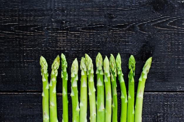 Espargos orgânicos verdes.