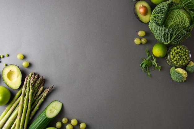 Espargos, pepino, manjericão, ervilhas verdes, abacate, brócolis, limão, maçãs, uvas, brócolis