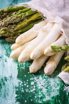 Espargos verdes e brancos