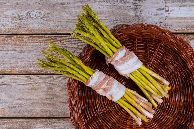 Espargos verdes embrulhados com rolinhos de bacon