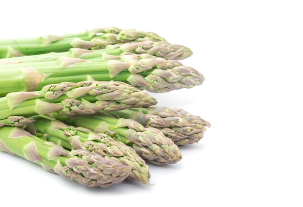 Espargos verdes frescos em branco