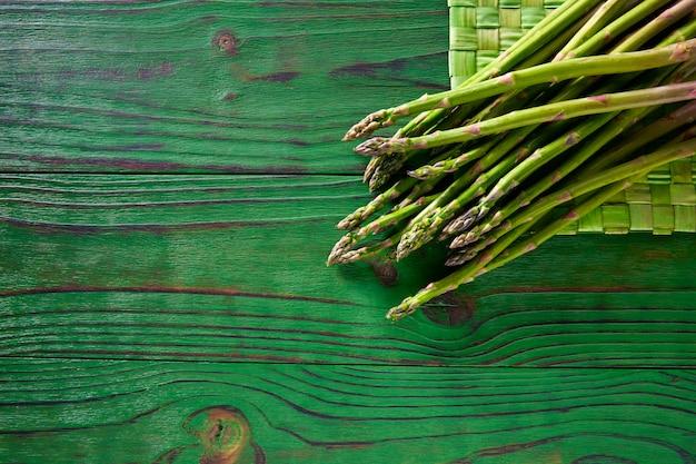 Espargos verdes frescos na mesa de madeira