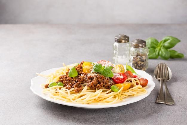 Esparguete à bolonhesa coberto com carne picada