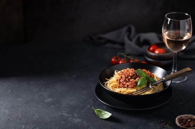 Esparguete à bolonhesa em uma tigela preta