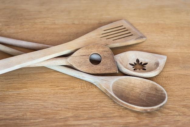 Espátulas de cozinha em mesa de madeira utensílios de cozinha